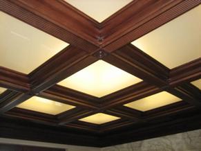 деревянный потолок в квартире с подсветкой