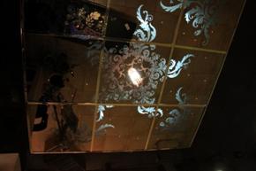 зеркальный потолок с рисунком в зале