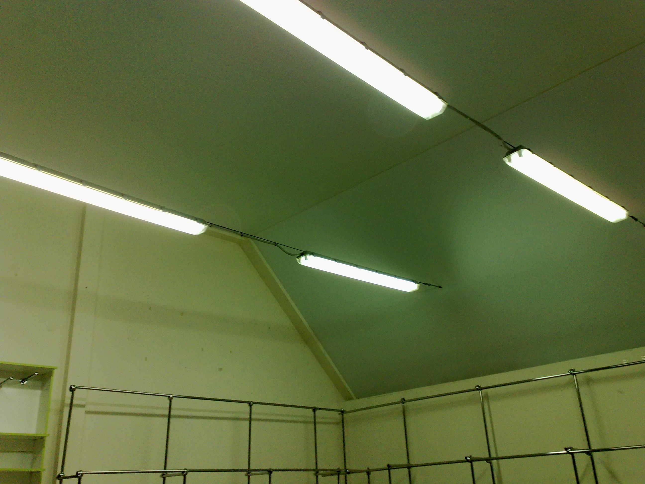Монтаж натяжного потолка для улучшения теплоизоляции помещения
